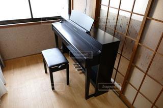 部屋にある電子ピアノの写真・画像素材[1766625]