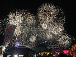 空に花火のグループの写真・画像素材[1206641]