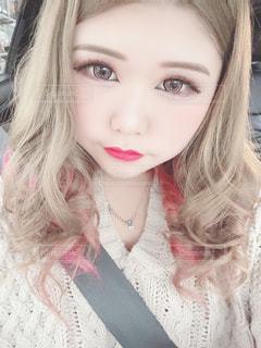 自分撮りを取るピンクの髪を持つ女の子のクローズアップの写真・画像素材[3071407]