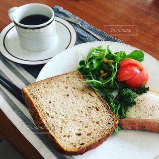 サンドイッチとコーヒーのカップ食品のプレートの写真・画像素材[1206812]