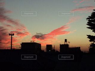 夕焼け空に浮かぶ雲の写真・画像素材[1206853]