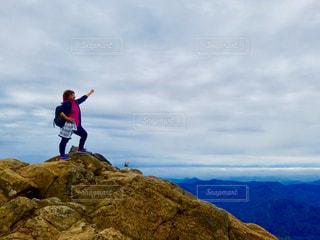 岩が多い丘の上のトリックをしている男の写真・画像素材[1212074]
