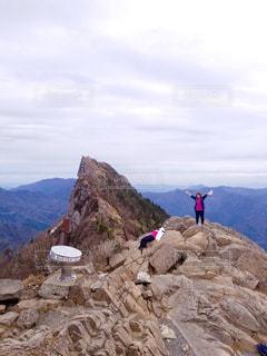 ロッキー山の頂上に立っている人々 のグループの写真・画像素材[1212075]