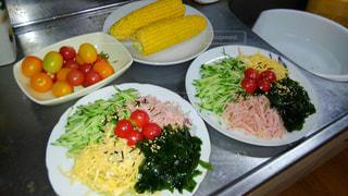 テーブルの上の皿の上に食べ物のボウルの写真・画像素材[1213169]