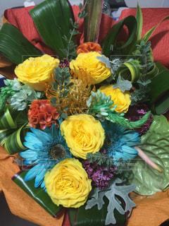 テーブルの上の花の花瓶の写真・画像素材[1213237]