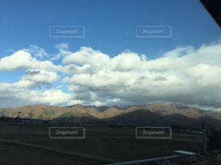 背景の山の高速道路の写真・画像素材[1213240]