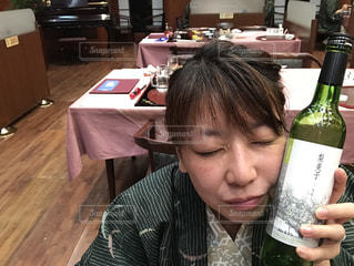 ワインのボトルを保持している人の写真・画像素材[1215005]