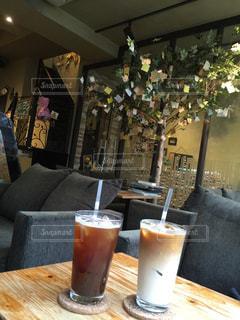 テーブルの上のコーヒー カップの写真・画像素材[1217324]