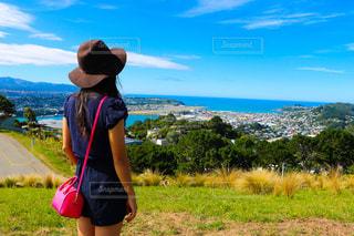 草の中に立っている少女の写真・画像素材[1207410]