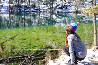 湖の隣に立っている男の写真・画像素材[1207427]