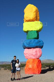 大きな岩の前に立っている人の写真・画像素材[1219242]