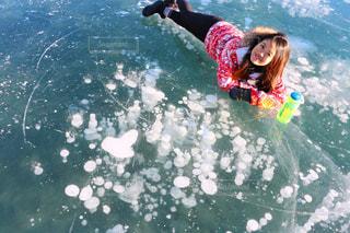 水のサーフボードで波に乗って若い女の子の写真・画像素材[1219243]