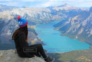 山の上に座っている人の写真・画像素材[1219245]