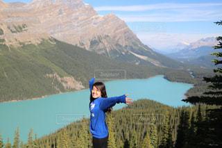 ペイトー湖の前に立っている男の写真・画像素材[1219248]