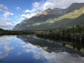 湖に映る山の写真・画像素材[1241937]