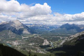 背景の大きな山のビューの写真・画像素材[1253743]