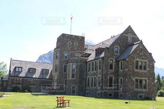 大きなレンガの芝生のフィールドを持つ建物の写真・画像素材[1253746]