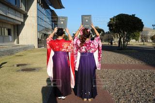 建物の前に立っている女性の写真・画像素材[1253750]