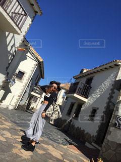 建物の前に立っている男の写真・画像素材[1253751]