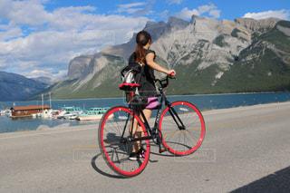 山の前に自転車を持つ人の写真・画像素材[1253757]
