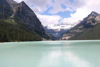 背景の山とレイク ・ ルイーズの写真・画像素材[1253761]