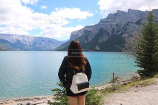 水の体の前で立っている女性の写真・画像素材[1253762]