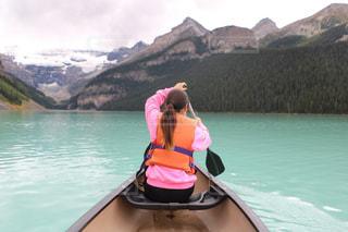 水の体の前で立っている女性の写真・画像素材[1253765]