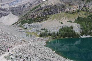 近くに岩が多い山のアップの写真・画像素材[1253769]