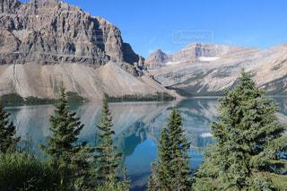 背景の大きな山の写真・画像素材[1253774]