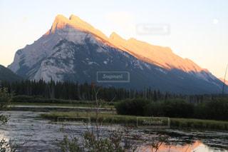 背景の山と湖の写真・画像素材[1253776]