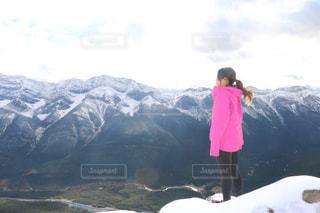 山の前に立っている人の写真・画像素材[1253781]