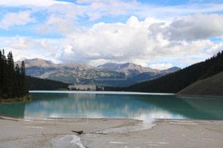 背景の山と水体の写真・画像素材[1253791]
