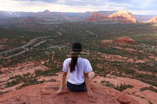 岩が多い丘の上に立っている人の写真・画像素材[1286506]