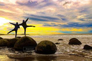 砂浜の上の岩の上でポーズの写真・画像素材[1342469]