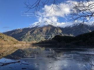 背景の山と湖の写真・画像素材[1377382]