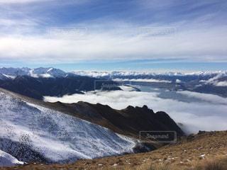 雪に覆われた山の頂上の写真・画像素材[1377385]