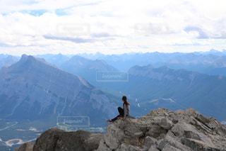 山の前に立っている人の写真・画像素材[1532452]