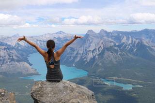 山の上に立っている人の写真・画像素材[1532453]