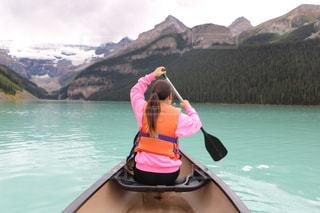 カヌーを漕いでいる女性の写真・画像素材[1532455]
