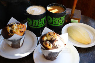 食品とコーヒーのカップのプレートの写真・画像素材[1532465]