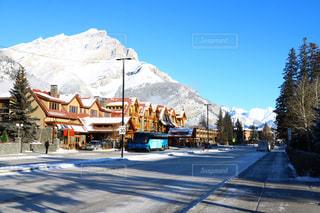 背景の山と雪の覆われた道路の写真・画像素材[1532466]