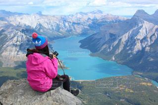 山の上に座っている人の写真・画像素材[1532469]