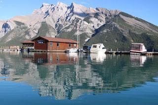 水に囲まれた小さな家の写真・画像素材[1532471]