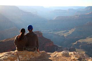 山の前に立っているカップルの写真・画像素材[1532474]