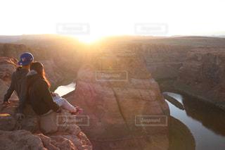 岩の上に座っているカップルの写真・画像素材[1532475]
