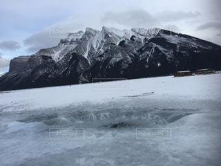 雪に覆われた山の写真・画像素材[1532481]