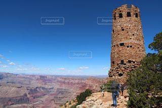 背景の山を持つ背の高い時計塔の写真・画像素材[1532484]