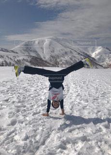 雪山で倒立の写真・画像素材[2040731]