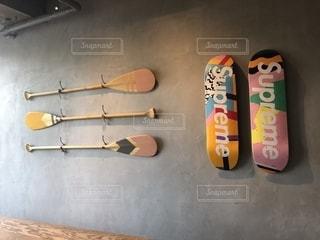 カフェに飾られてあるおしゃれなスケボーたちの写真・画像素材[2098211]