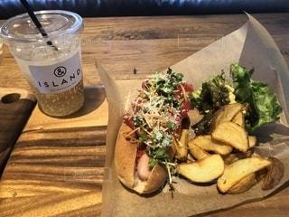 木製のテーブルの上に座っているサンドイッチの写真・画像素材[2098213]